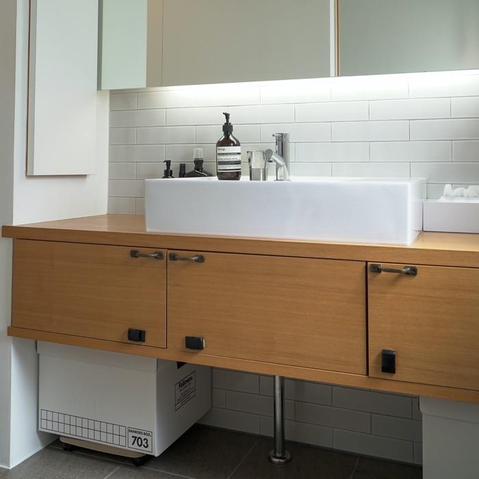 棚や引き出しの中は容器で分類。使いやすく掃除もしやすい洗面所収納 ゆーへーさん
