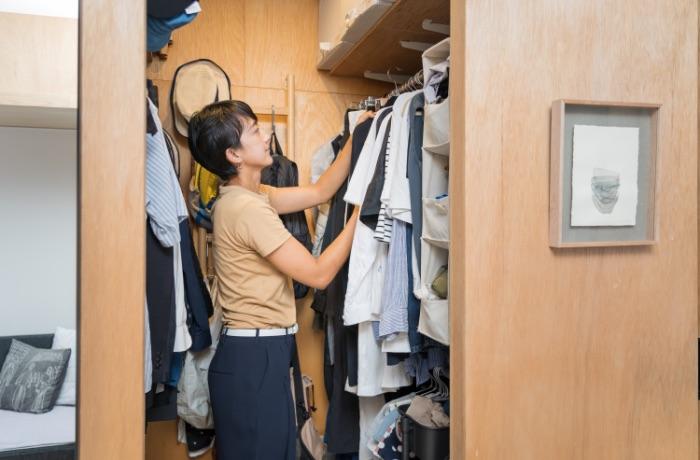ウォークインクローゼットをあえてリビングの中心に。こどもが自分で服を選べる衣類収納